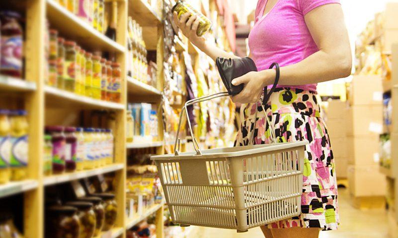 Femme qui fait ses courses dans un rayon