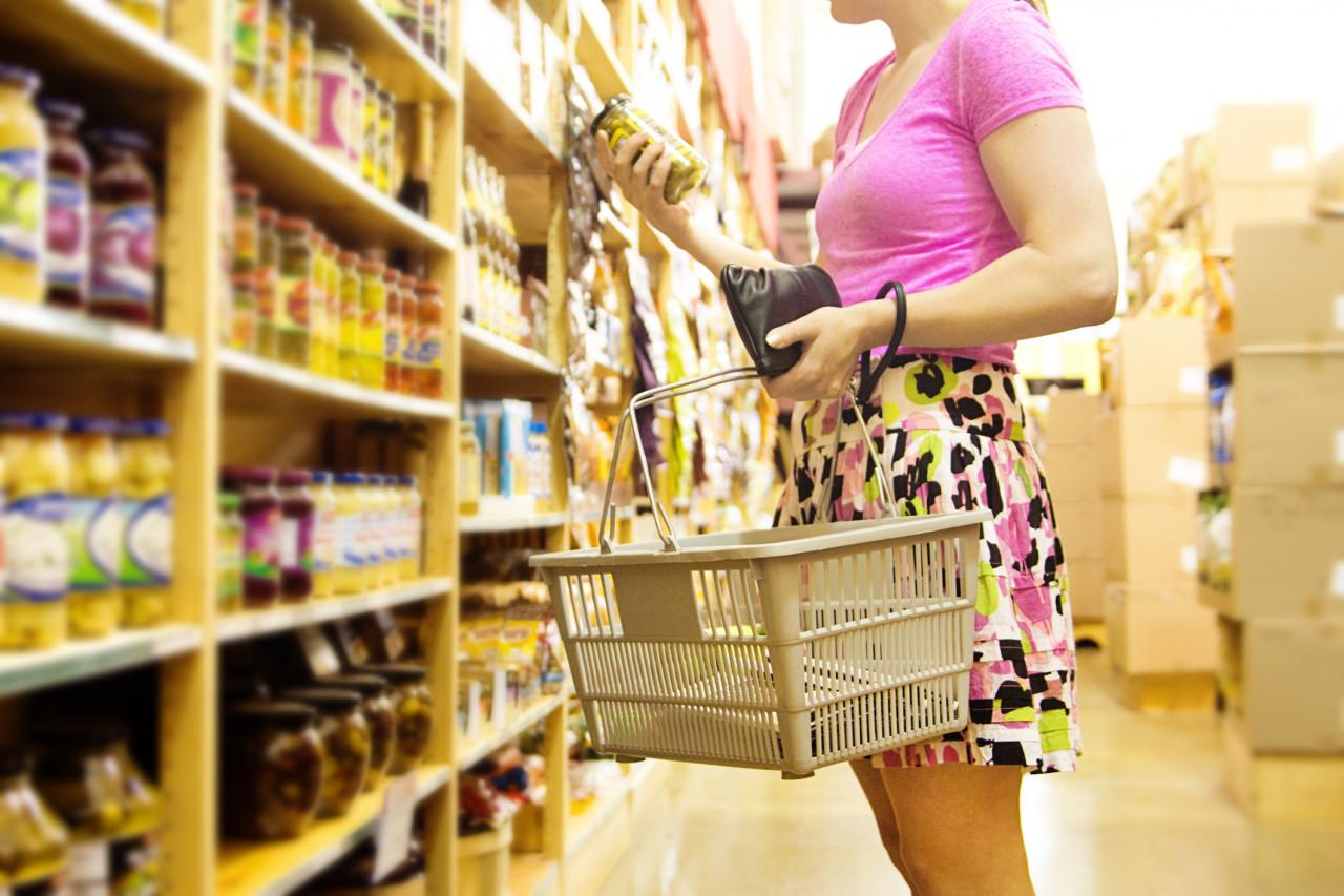 Femme qui fait ses courses dans un rayon alimentaire