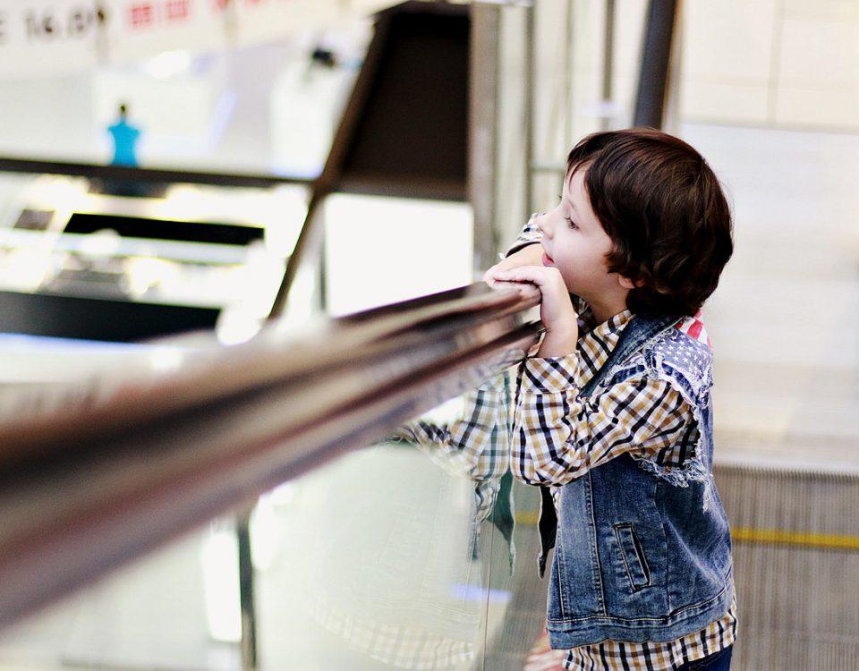 Enfant dans un escalator