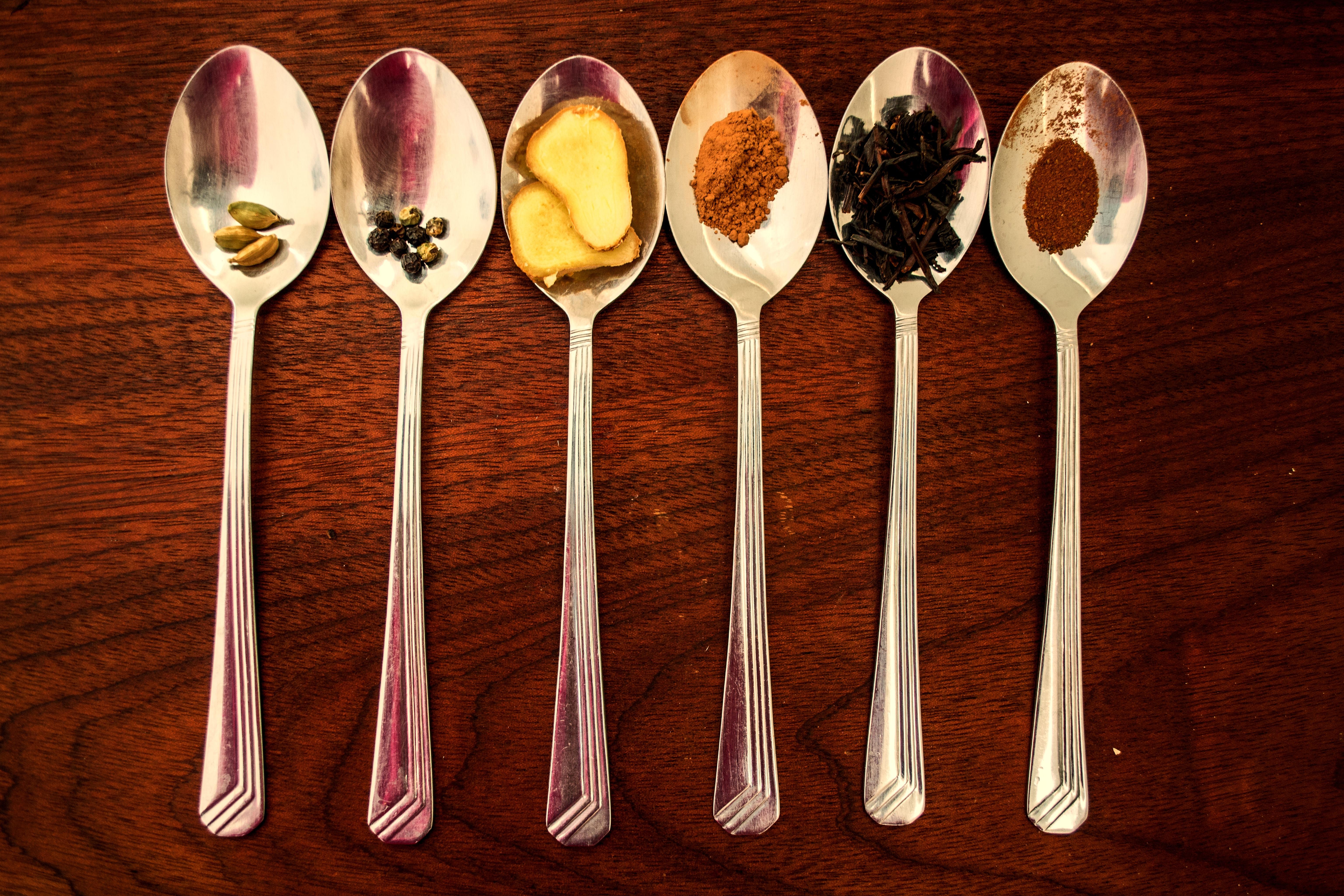 Epices et ingrédients dans des cuillères