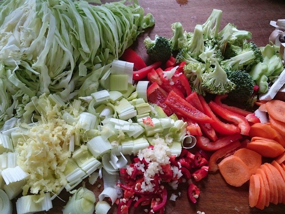 Légumes crues : carottes, poivrons, poireaux, brocolis
